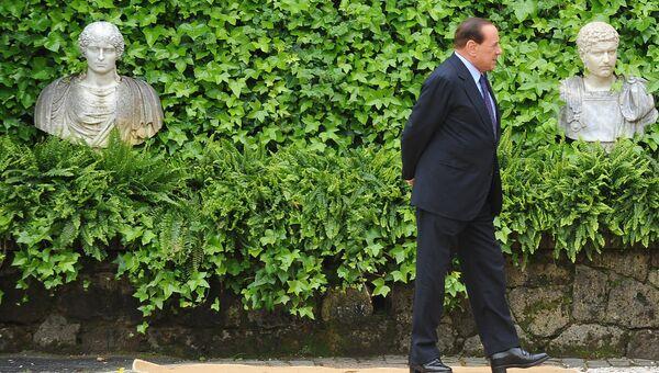 Премьер-министр Италии Сильвио Берлускони ожидает прибытия гостей на вилле Мадама