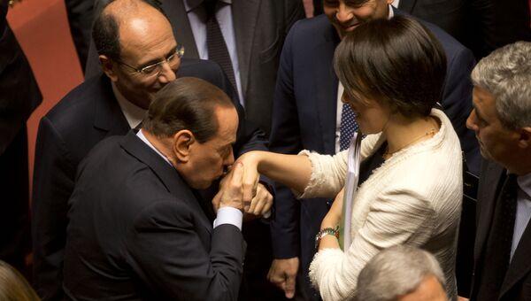 Бывший премьер-министр Италии Сильвио Берлускони целует руку министру сельского хозяйства Nunzia De Джироламо Нунции Де Джироламо