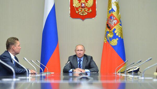 Владимир Путин в режиме видеосвязи принимает участие в запуске в эксплуатацию месторождения. Архивное фото