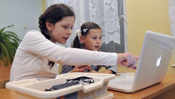 Ученики во время занятий по информатике. Архивное фото