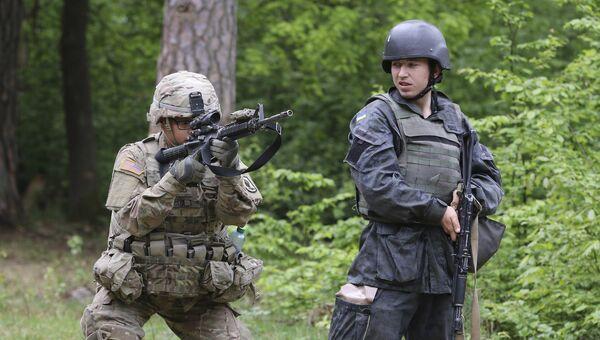 Американский и украинский военные во время учений во Львовской области