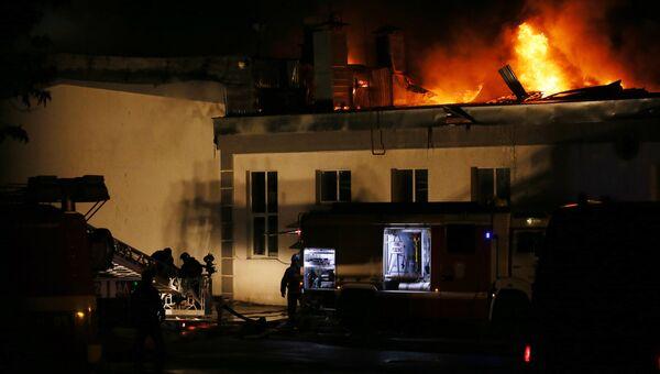 Тушение пожара в складском помещении в районе Гольяново на востоке Москвы. Архивное фото