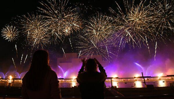Пиротехническое шоу на косе Гребного канала в рамках мультимедийного светового шоу на московском международном фестивале Круг света 2016