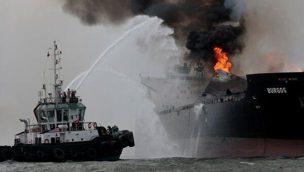Пожар на нефтяном танкере Бургос мексиканской нефтяной компании Pemex неподалеку от порта Веракрус. 24 сентября 2016