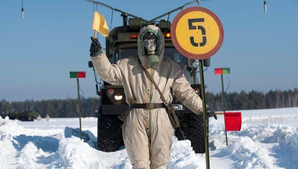 Военнослужащий в противогазе стоит возле контрольно-распределительного подвижного пункта во время тактико-специальных занятий подразделений радиационной, химической и биологической защиты ЦВО. Архивное фото