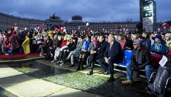 Зрители на церемонии открытия кинофестиваля Послание к человеку на Дворцовой площади в Санкт-Петербурге