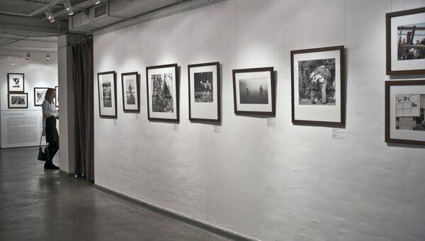 Посетительница на выставке. Архивное фото