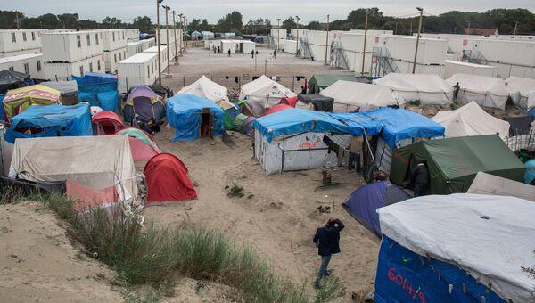 Стихийный лагерь мигрантов в пригороде города Кале на севере Франции. Архивное фото