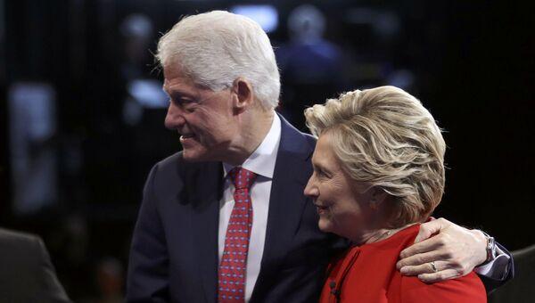 Кандидат в президенты США Хиллари Клинтон с мужем Биллом на дебатах