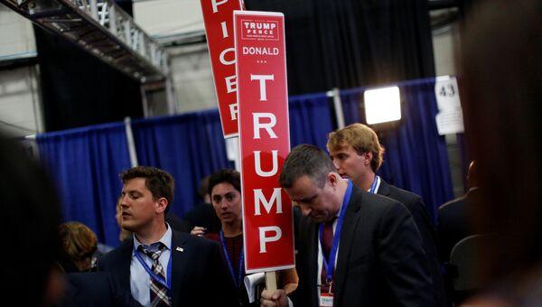 Сторонники кандидата в президенты США Дональда Трампа на дебатах