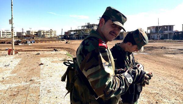 Бойцы Сирийской арабской армии (САА) в освобожденном от террористов городе Шейх-Мискин в сирийской провинции Дераа. Архивное фото