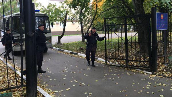 Сотрудники полиции у здания Ространснадзора в Москве, где проводятся обыски по уголовному делу о получении взяток