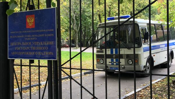 Полицейский автобус у здания управления Ространснадзора. Архивное фото