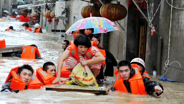 Спасатели эвакуируют жителей из зоны наводнения в китайской провинции Фуцзянь. Архивное фото