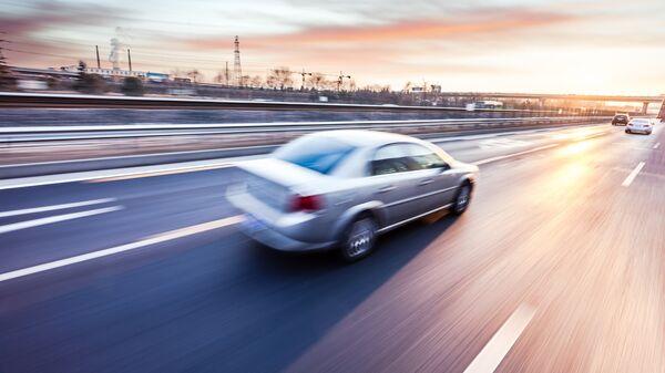 Автомобиль, движущийся на большой скорости. Архивное фото