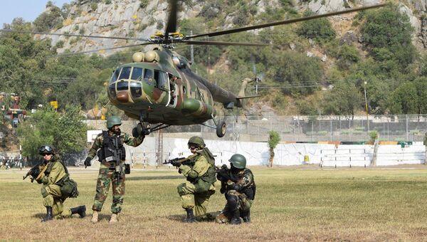 Военнослужащие России и Пакистана на учении Дружба-2016 проводят совместную тренировку по десантированию из Ми-17