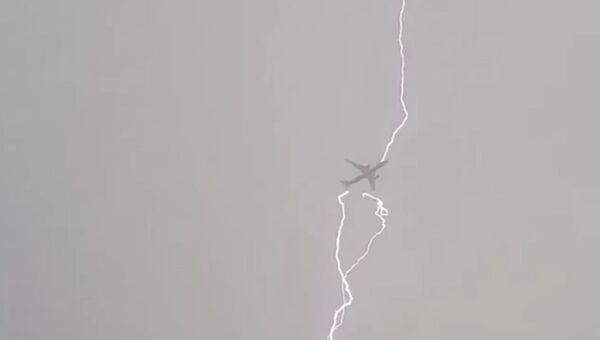 Молния попала в исландский самолет