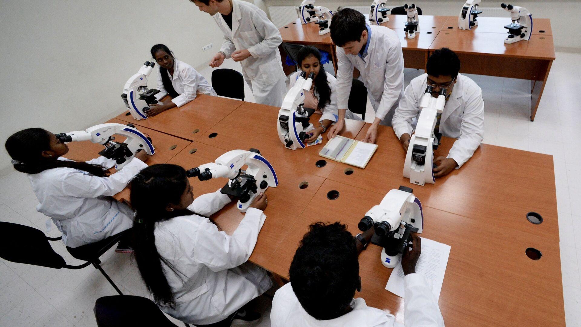 Занятия первой группы студентов из Индии в Дальневосточном федеральном университете - РИА Новости, 1920, 22.12.2020