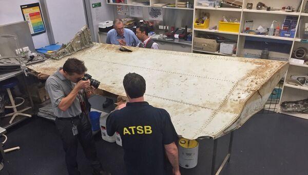Обломок самолета в лаборатории управления транспортной безопасности Австралии (ATSB). Архив