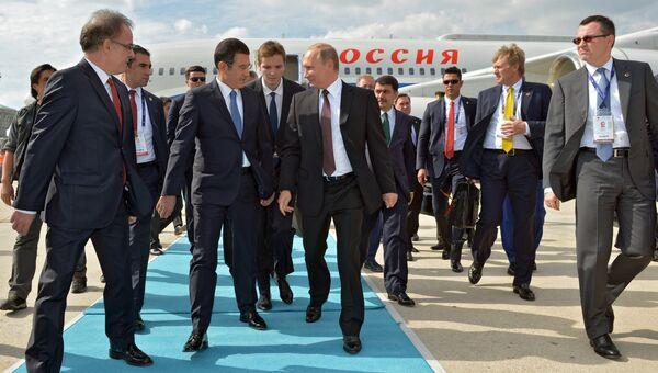 Президент РФ Владимир Путин во время встречи в международном аэропорту имени Ататюрка. 10 октября 2016