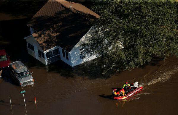 Спасатели на затопленной улице после урагана Мэтью в Ламбертоне, Северная Каролина. 10 октября 2016
