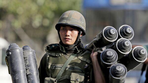 Солдат индийской армии во время операции по освобождению захваченного боевиками правительственного института в штате Джамму и Кашмир