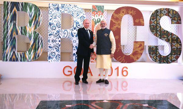 Президент РФ Владимир Путин на церемонии приветствия премьер-министром Республики Индии Нарендрой Моди