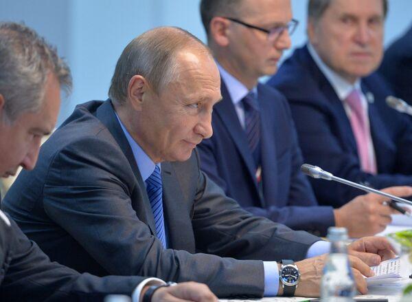 Президент РФ Владимир Путин во время встречи с председателем Китайской Народной Республики Си Цзиньпином в отеле Тадж Экзотик индийского штата Гоа