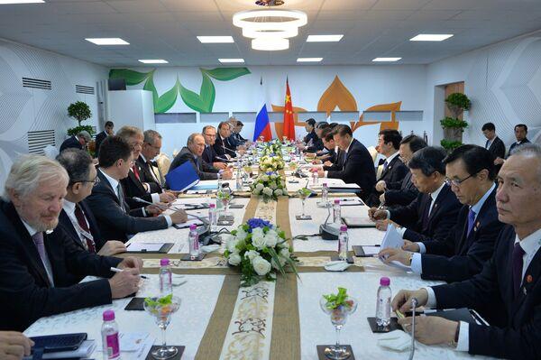 Президент РФ Владимир Путин во время переговоров с председателем Китайской Народной Республики Си Цзиньпином в отеле Тадж Экзотик индийского штата Гоа