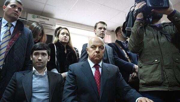 Сын вице-президента Лукойла Руслан Шамсуаров, обвиняемый в угрозе применения насилия в отношении представителя власти и оскорблении представителя власти, во время оглашения приговора в Гагаринском суде Москвы