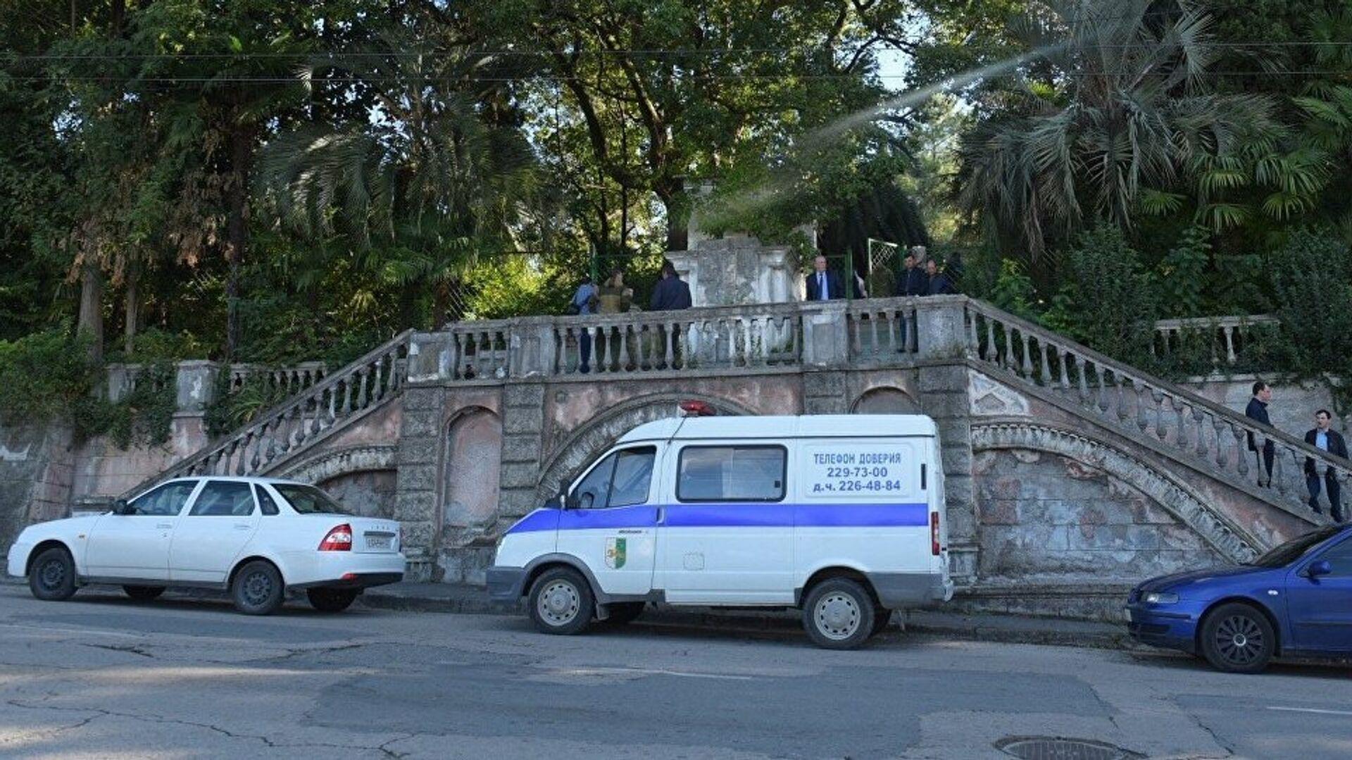 Полицейский автомобиль у входа на территорию комплекса Абхазского гостелевидения в Сухуме, где произошел взрыв - РИА Новости, 1920, 15.06.2021