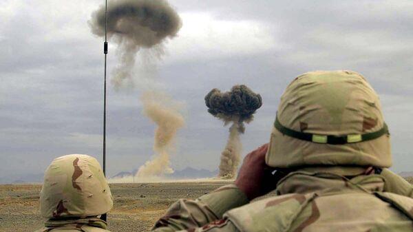 Американские военные наблюдают за уничтожением оружия и боеприпасов, захваченных у талибов