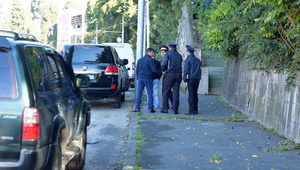 Сотрудники правоохранительных органов рядом со зданием абхазской государственной телередиокомпании (АГТРК) в Сухуме, где произошел взрыв