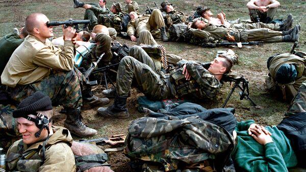 Бойцы-десантники разведотряда в Чечне из группировки федеральных войск на Северном Кавказе отдыхают после боевой операции