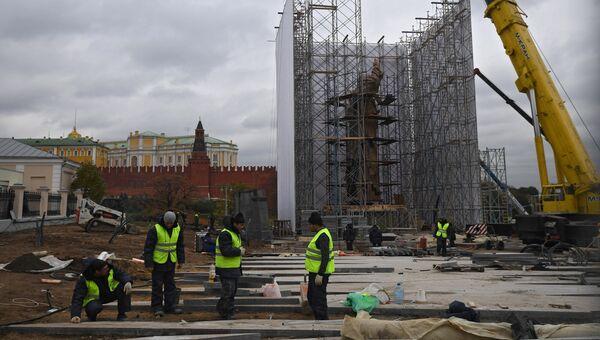 Монтаж памятника князю Владимиру на Боровицкой площади в Москве