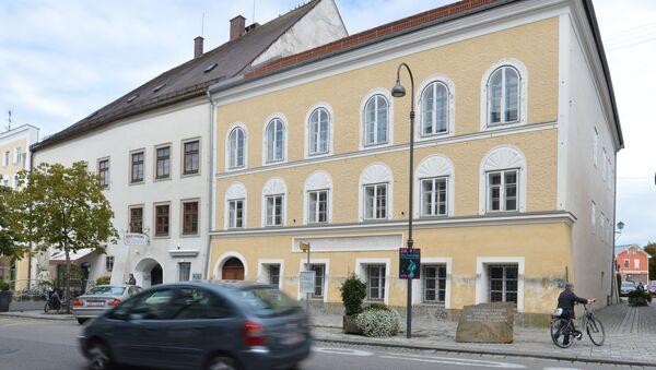 Дом в Браунау-ам-Инн, в котором родился Адольф Гитлер. Архивное фото