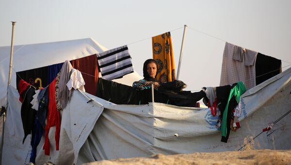 Женщина в лагере беженцев в Сирии для иракских семей, бежавших от боевых действий в районе Мосула