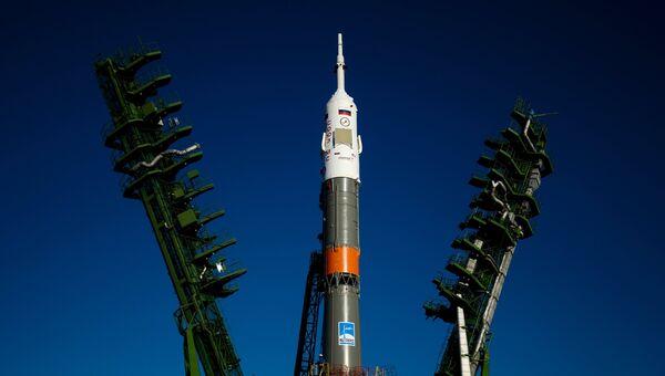 Вывоз и установка ракеты-носителя с пилотируемым кораблем Союз МС-02. Архивное фото