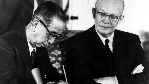 Президент США Дуайт Эйзенхауэр и премьер-министр Японии Нобусукэ Киси во время подписания договора о взаимном сотрудничестве и гарантиях безопасности между США и Японией