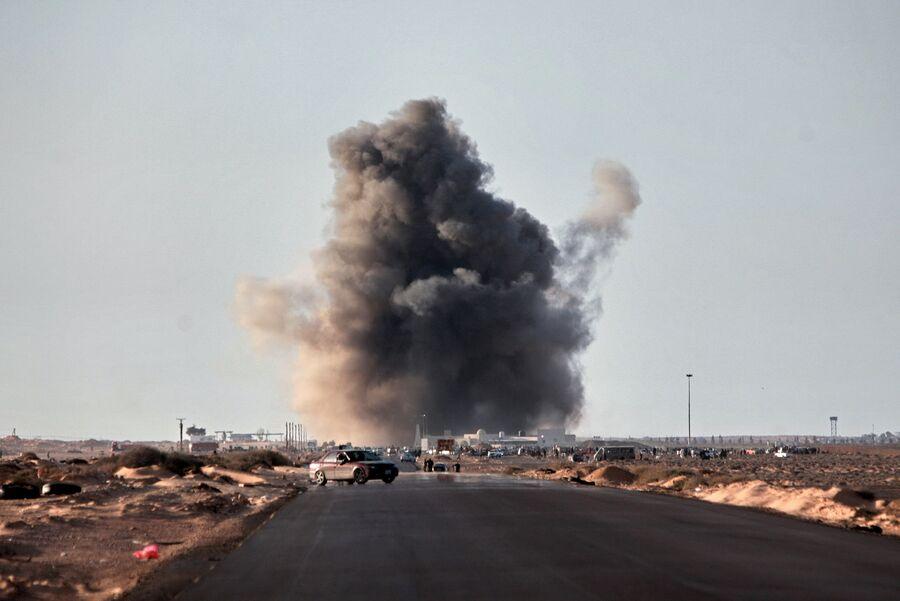 Взрыв ракеты, выпущенной истребителем, в городе Рас-эль-Ануфе. Ливия