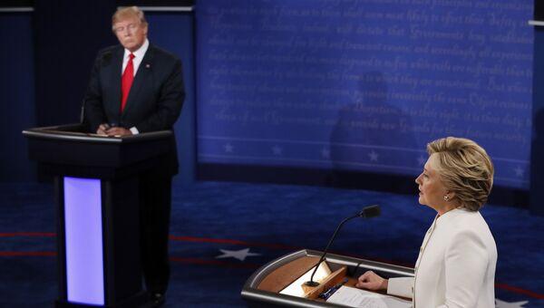 Дональд Трамп и Хиллари Клинтон на третьих теледебатах. Архивное фото