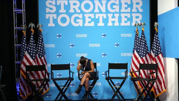 Девушка во время третьих дебатов между Хиллари Клинтон и Дональдом Трампом. 19 октября 2016 года