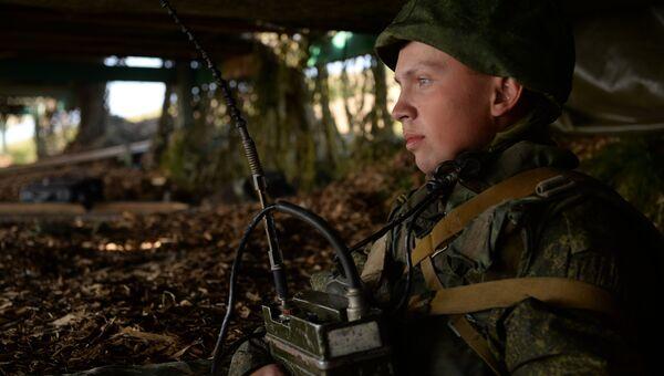 Военнослужащий в командном окопе во время тренировки по управлению ракетными ударами и огнем артиллерии на полигоне Чебаркуль Центрального военного округа в Челябинской области