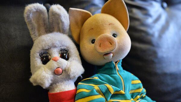 Куклы Степашка и Хрюша в костюмерной детской телевизионной передачи Спокойной ночи, малыши! в телецентре Останкино