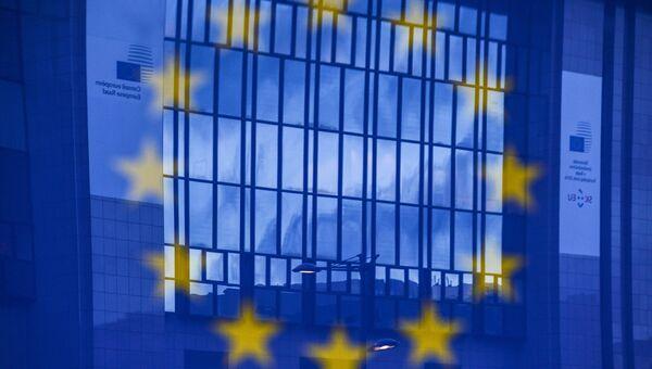 Отражение флага Евросоюза на фоне здания в Брюсселе