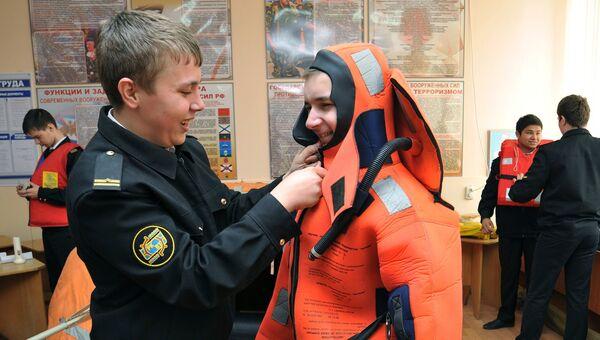Учащиеся во время заниятия по организации безопасности жизнедеятельности. Архивное фото
