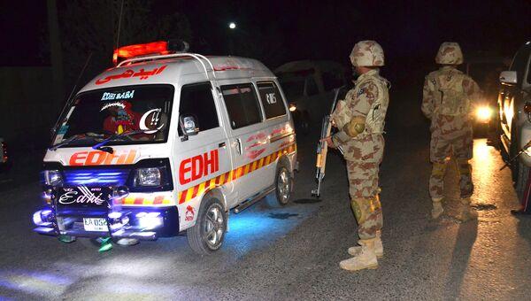 Машина скорой помощи и военные. Архивное фото