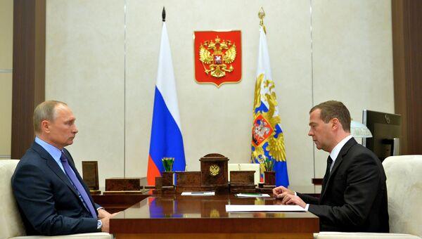 Президент РФ Владимир Путин и председатель правительства РФ Дмитрий Медведев. Архивное фото во время встречи в резиденции Ново-Огарево. 25 октября 2016