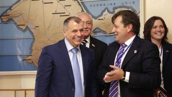 Председатель Государственного совета Крыма Владимир Константинов и депутат региона Оснабрюк Андреас Маурер во время встречи в Симферополе. 25 октября 2016
