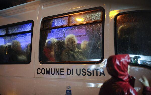 Эвакуация людей из домов пострадавших в результате землетрясения в Италии. 27 октября 2016